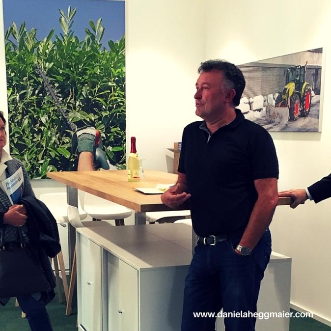 Maschinenring-Geschäftsführer Erwin Ballis führt den Woman's Business Club durch das neue Gebäude
