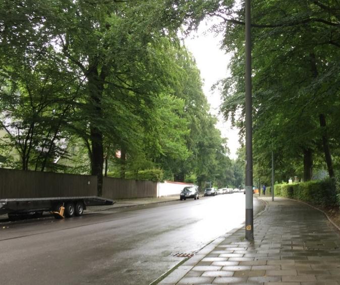 Parallel zur Harthauserstrasse in Harlaching verläuft der Spazierweg des Isarhochufers.
